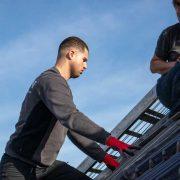Dakdekkers actief met dakwerkzaamheden op een schuin dak