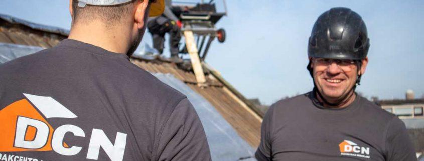 Vakmannen aan het werk op het dak bij Dakcentrale Nederland
