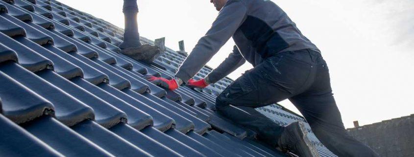 Dakcentrale Nederland actief met dakwerkzaamheden op een schuin dak