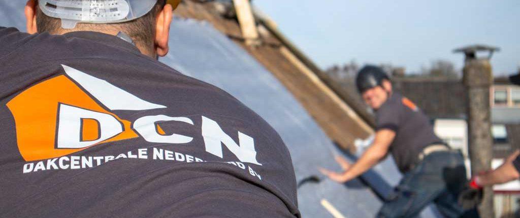 Dakcentrale Nederland actief op het dak met dakwerk